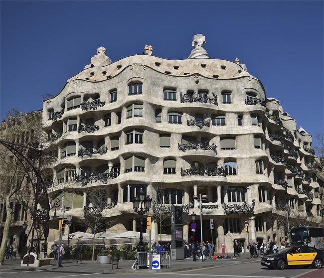 1/13 The arresting exterior of La Casa Milà